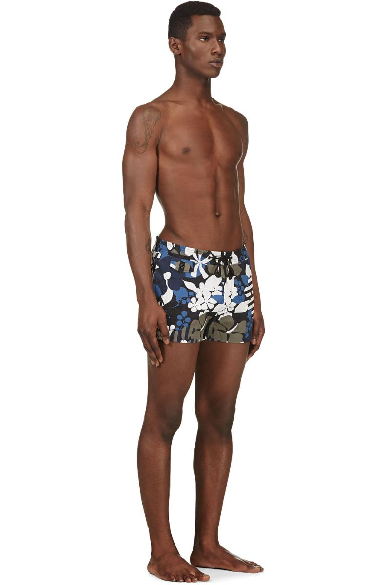 Мужчина в пляжных шортах для плавания с цветочным принтом, Marc by Marc Jacobs