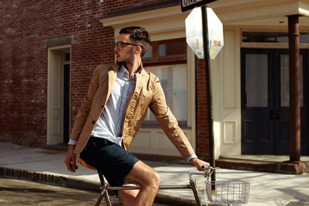 Мужчина на велосипеде в чёрных шортах Unis