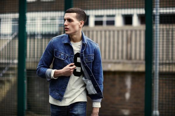 Мужчина в джинсовой куртке и джинсах A.P.C.