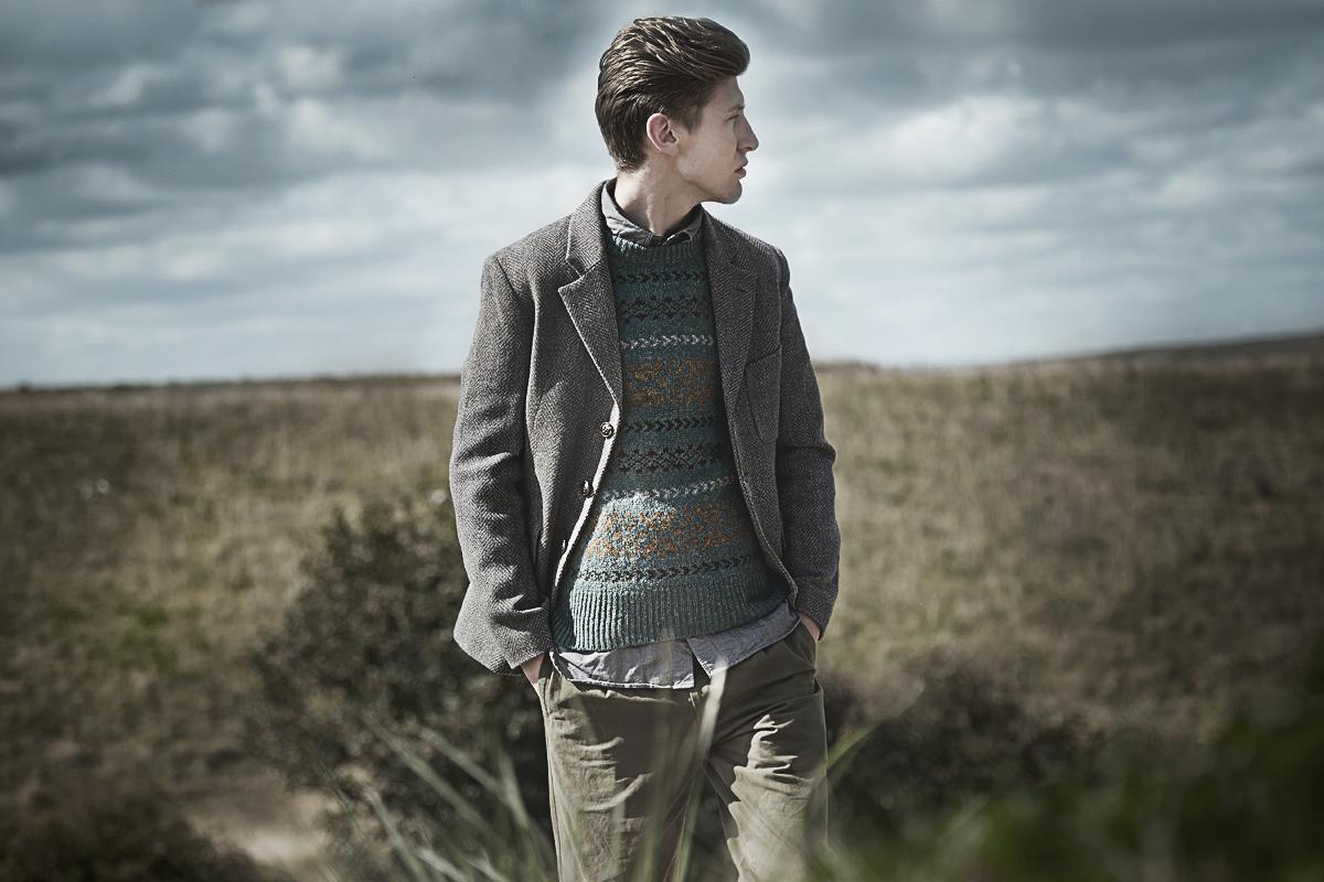 Твидовый пиджак на трех пуговицах и свитер Nigel Cabourn