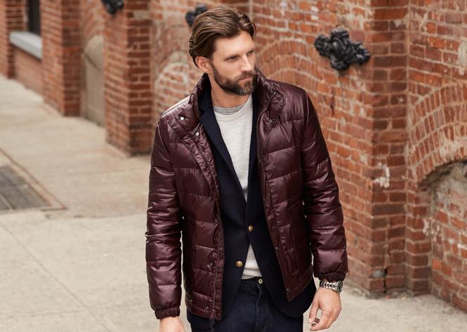 Мужчина бордовой в дутой куртке (дутике)