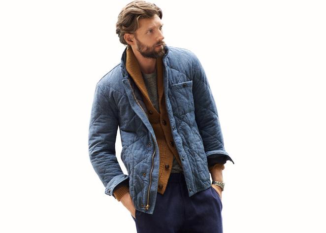 Мужчина в синей стёганой куртке стёганке