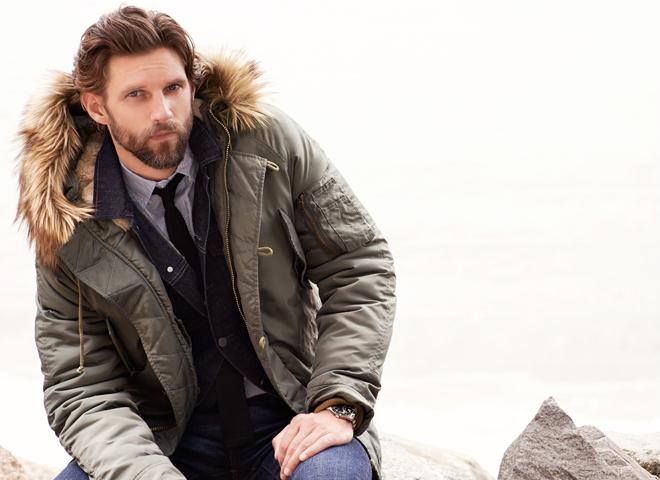 Мужчина в куртке Snorkel с капюшоном с мехом
