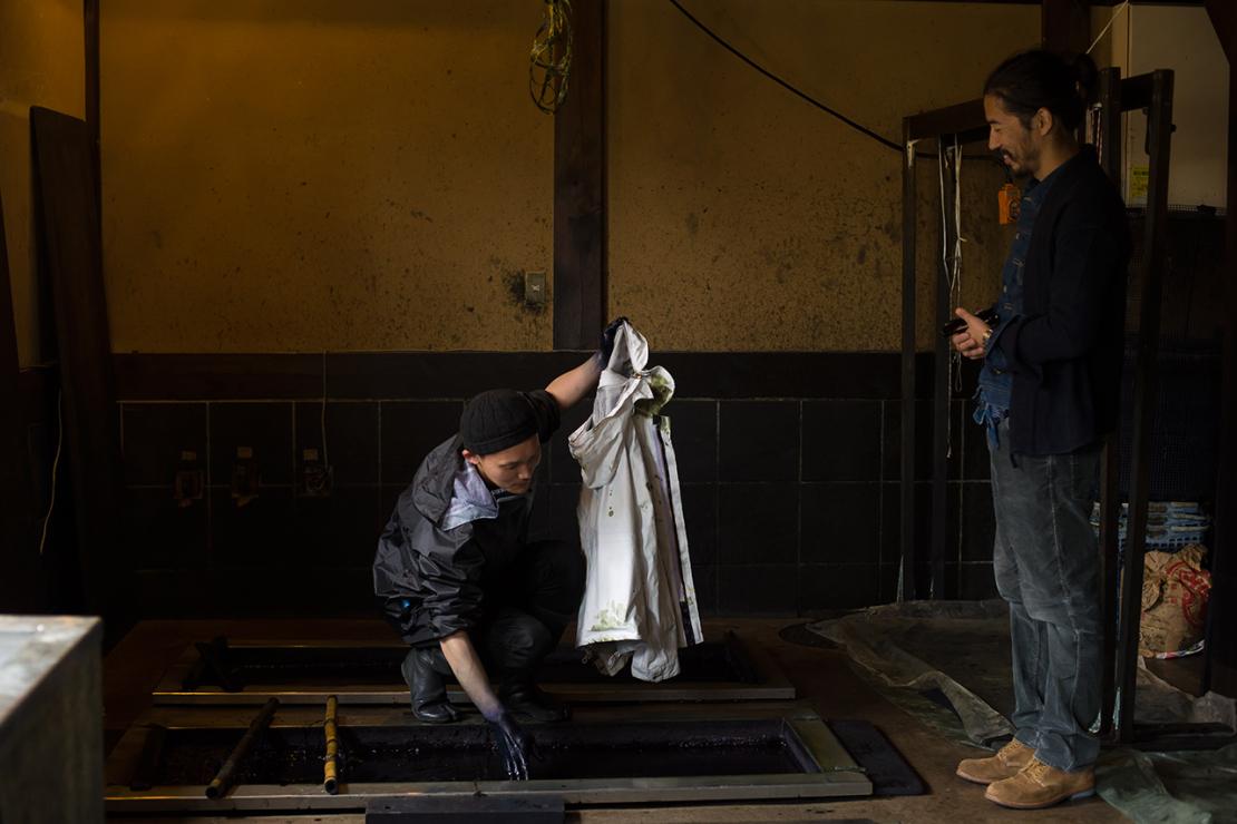 Окрашивание куртки visvim в емкости с натуральным индиго